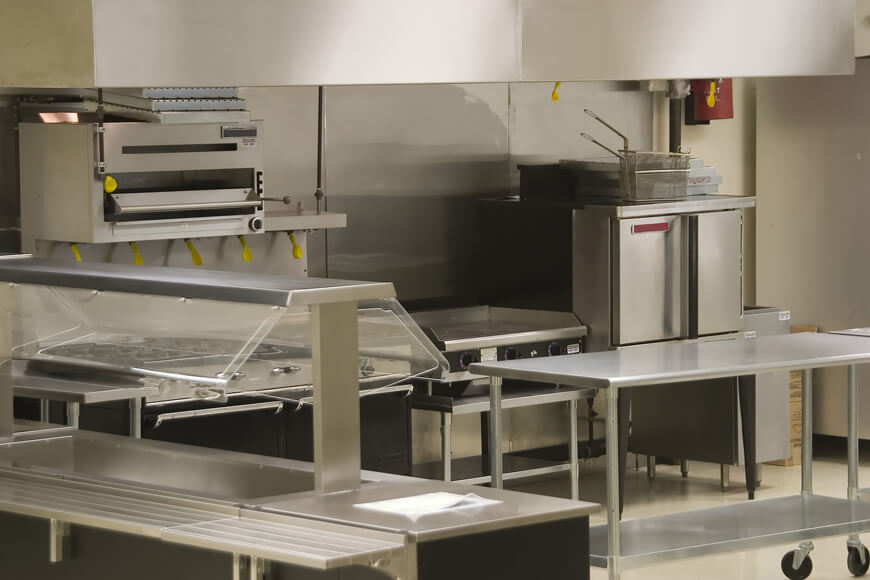 Các mặt hàng bằng thép không gỉ được tìm thấy trong nhà bếp thương mại chống rỉ và ăn mòn